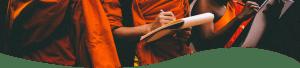 Buddhisták írnak egy füzetbe